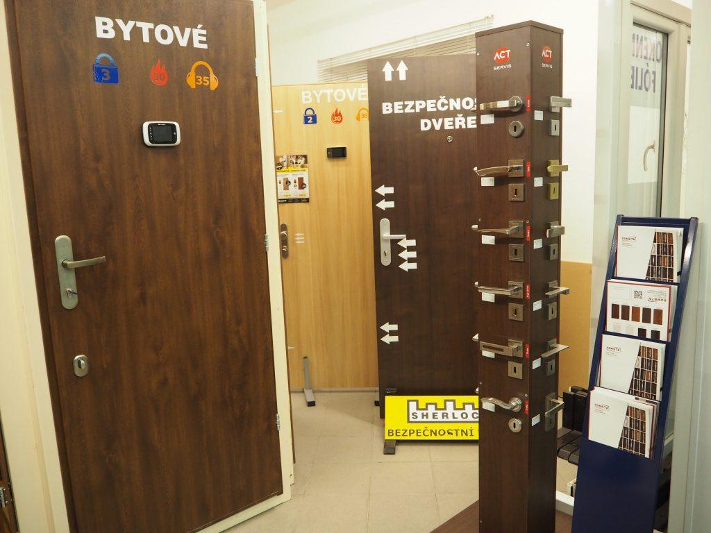 Bezpečnostní dveře a doplňky k nim na pobočce v Hradci Králové