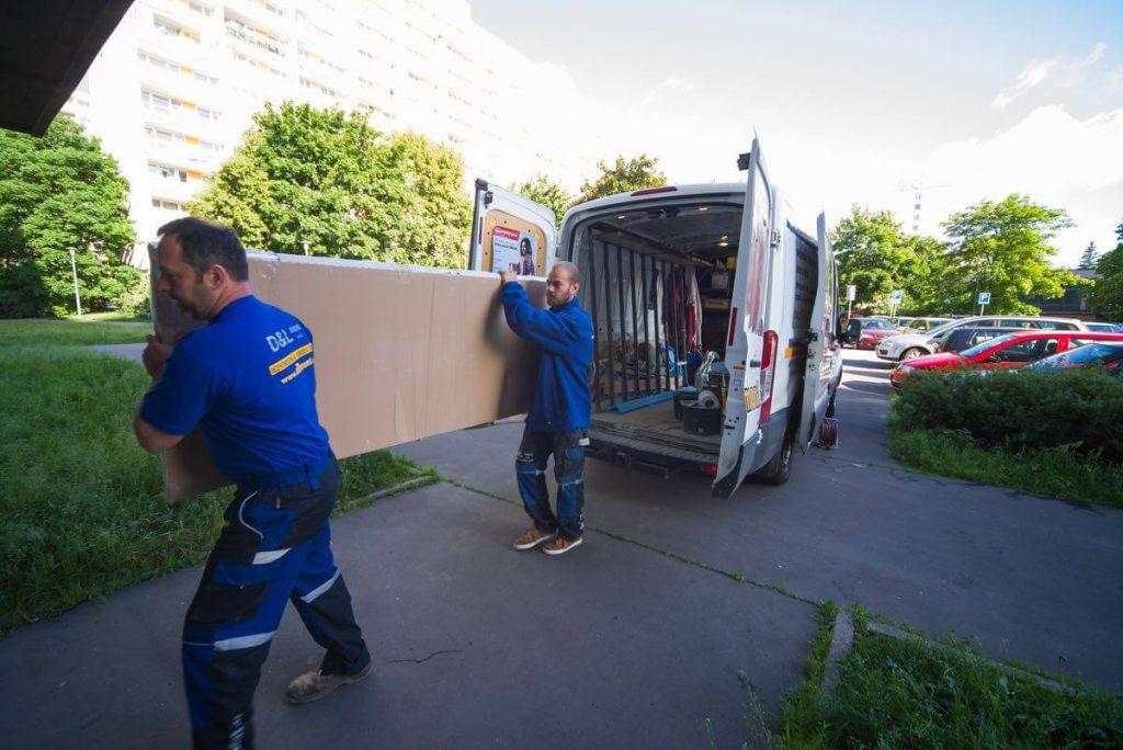 Nové bezpečnostní dveře váží i 70 kg, dva chlapi mají co dělat