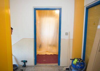 Před bouráním uděláme igelitovou zástěnu. Stačí nám 1 metr v bytě.