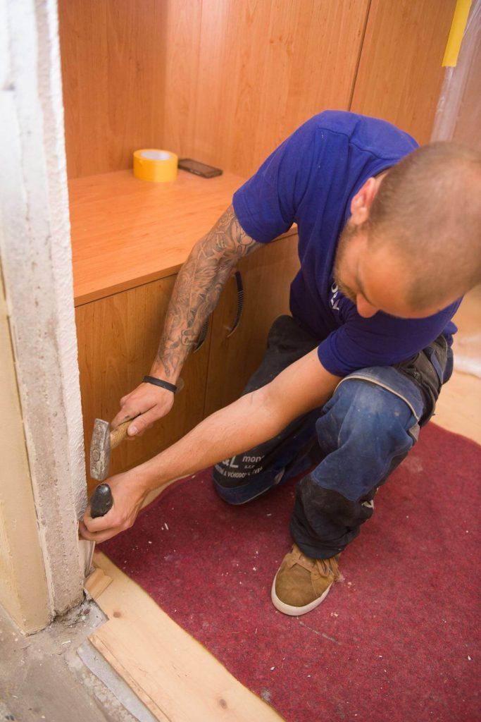 Před instalací nové zárubně musíme vše očistit a připravit